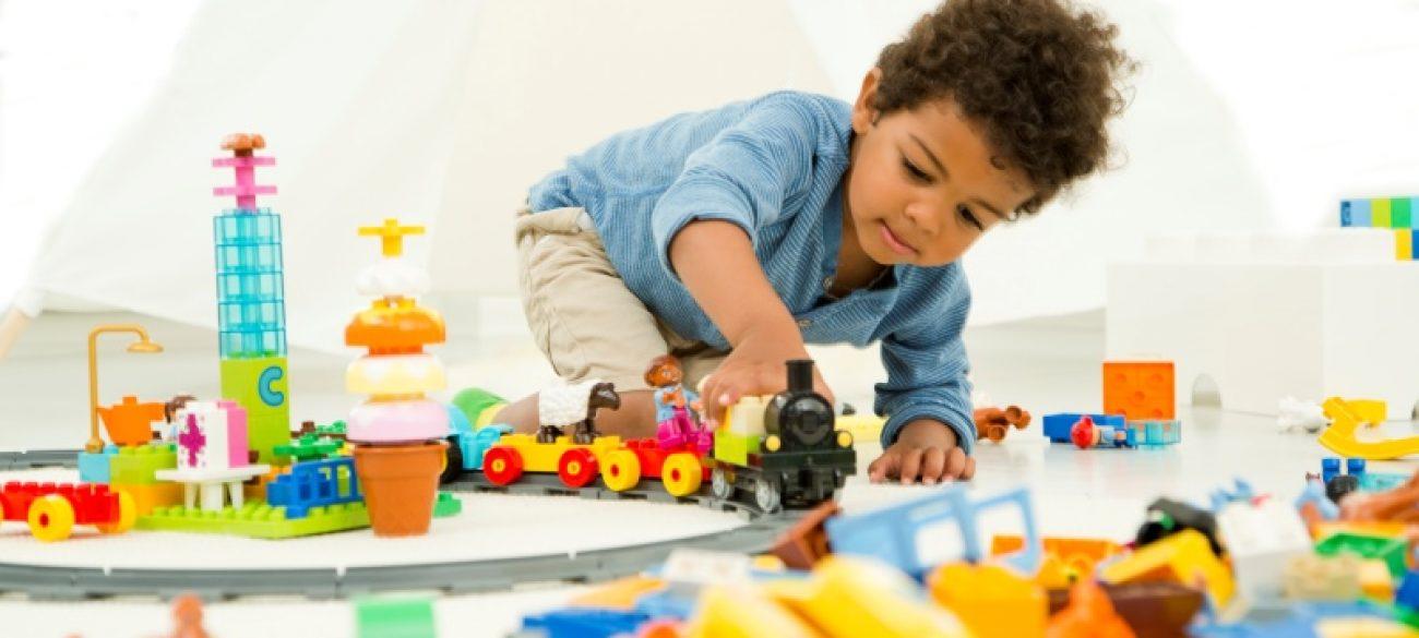 lego-crianca-brincando-800